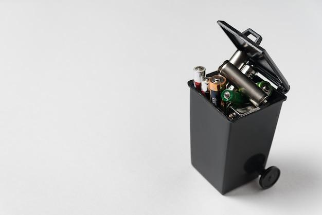 Piles de type doigt usées à la poubelle. concept de recyclage écologique. élimination appropriée des piles et accumulateurs.