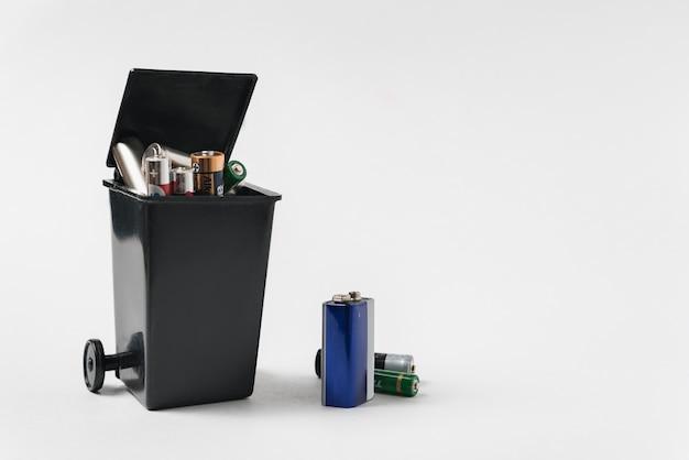 Piles usagées à la poubelle. concept de recyclage écologique. recyclage des batteries. protection environnementale