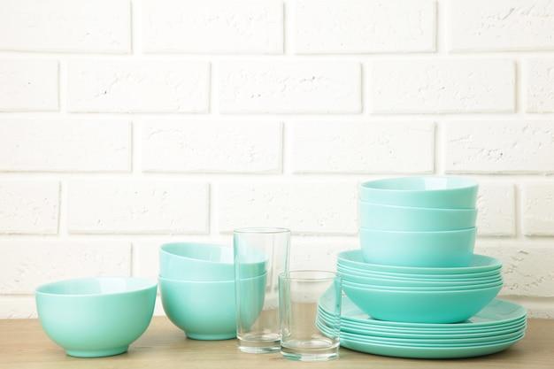 Des piles de vaisselle en céramique à la menthe sur la lumière