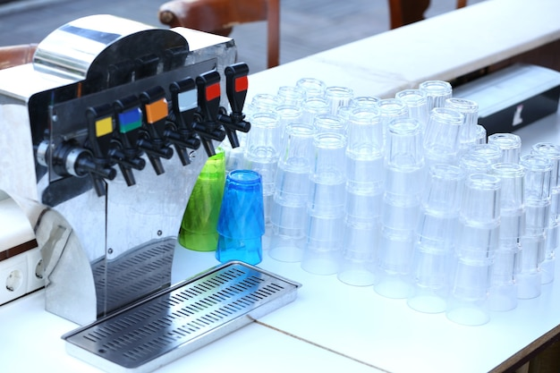 Des piles de verres propres, à l'intérieur