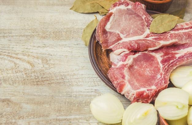 Des piles de viande de porc. cuisine. mise au point sélective.
