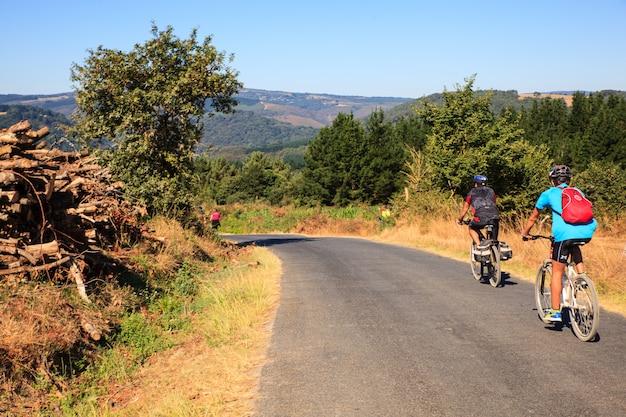 Pilgrimn motard sur le chemin de saint-jacques