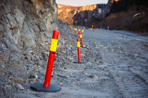 Piliers d'avertissement routiers