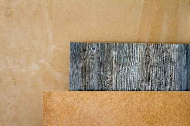 Des piliers en bois et des planches épaisses dans l'atelier du meuble sont prêts à travailler