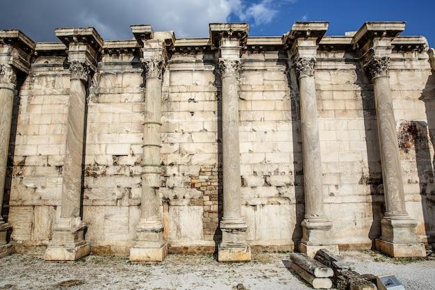 Piliers grecs sous akropolis, athènes.