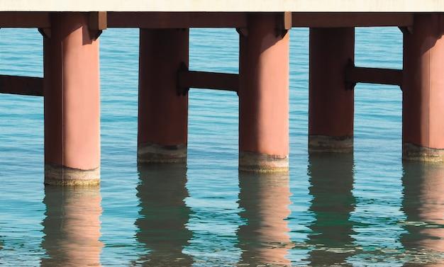 Piliers de pont avec réflexion de l'eau. contexte de la construction