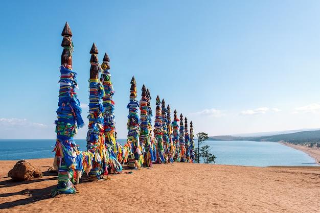 Piliers rituels de chaman sur l'île d'olkhon