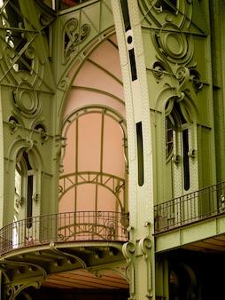 Piliers verts et arches du grand palais à paris france