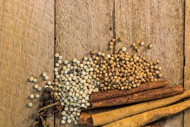 Pilon et épices sur la table en bois.