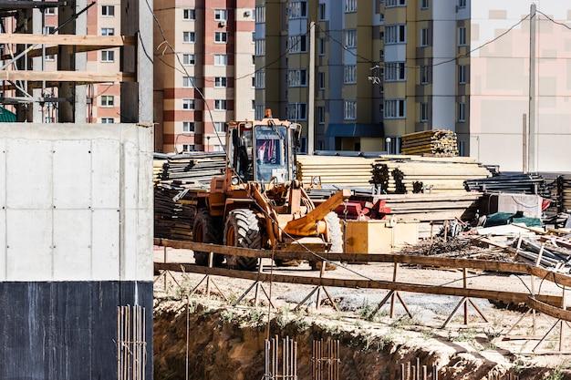 Pilonneuse vibrante avec plaque vibrante sur un chantier de construction. compactage du sol avant la pose des dalles de pavage. fermer.
