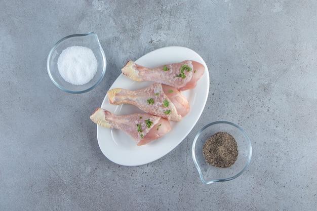 Pilons frais sur une assiette, sur la surface en marbre.