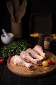 Pilons de poulet à angle élevé sur planche de bois avec persil