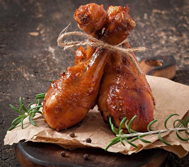 Pilons de poulet au four dans une marinade au miel et à la moutarde