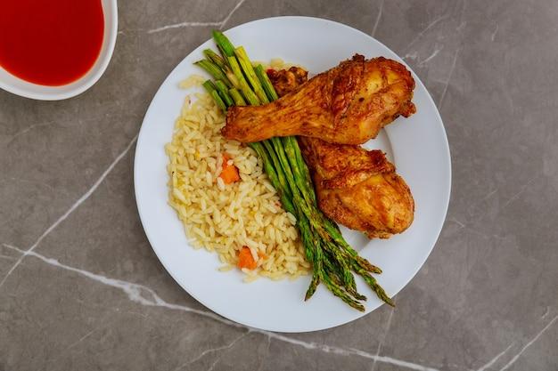 Pilons de poulet au four avec riz, asperges et sauce buffalo