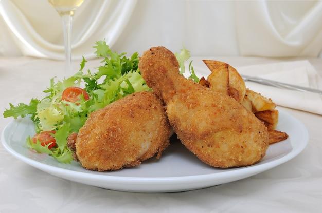 Pilons de poulet à la chapelure avec pommes de terre et salade