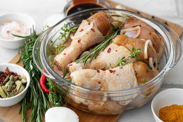 Pilons de poulet marinés avec sauce soja et assaisonnements