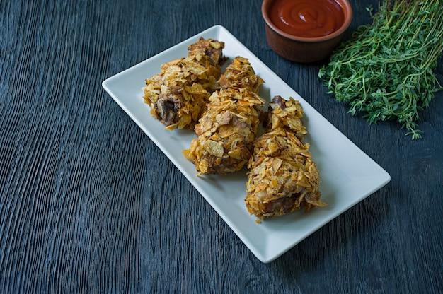 Pilons de poulet rôtis sur une assiette