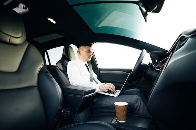 Pilote automatique de voiture électrique autonome exigeant l'attention du conducteur pour tenir le volant et prendre le contrôle sur l'autoroute