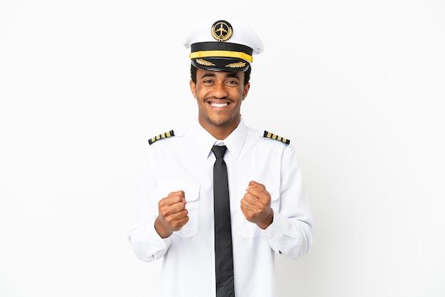 Pilote d'avion afro-américain sur fond blanc isolé célébrant une victoire en position de vainqueur