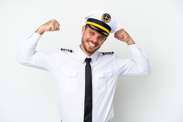 Pilote brésilien d'avion isolé sur fond blanc faisant un geste fort