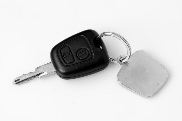 Pilote avec clés de voiture sur fond blanc