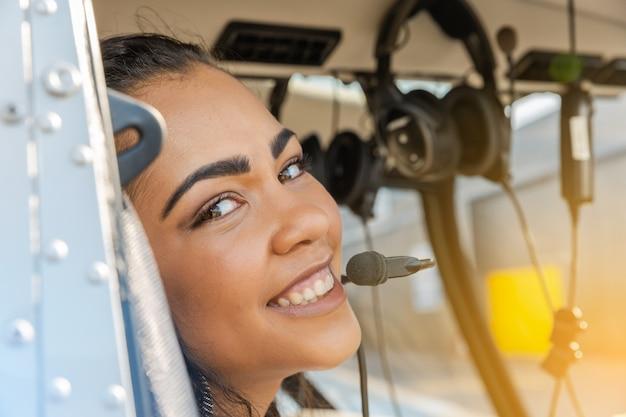 Pilote d'hélicoptère jeune femme sexy