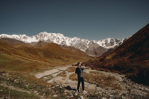 Pilote lance son drone dans les montagnes