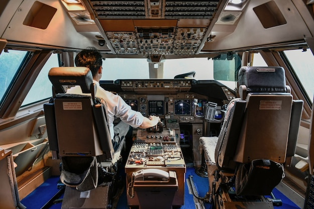 Pilote de ligne travaille dans le cockpit