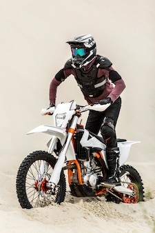 Pilote moto élégant avec casque