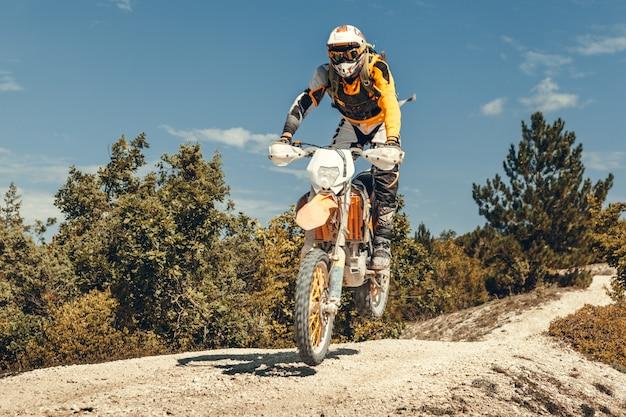 Pilote de motocross dans les airs