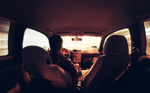 Pilote de nuit vue de l'intérieur de la voiture