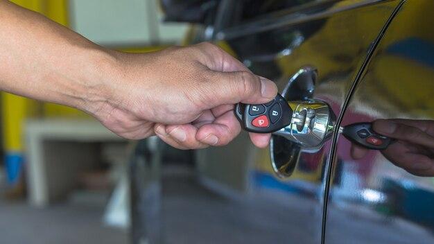 Pilote vérifiant la voiture avant son utilisation ou service machanic