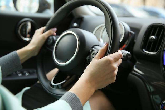 Pilotes mains sur un volant de voiture