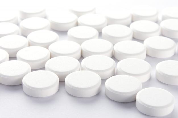 Pilule blanche sur blanc