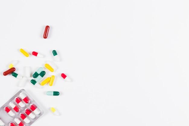 Pilule blister et capsules isolés sur fond blanc
