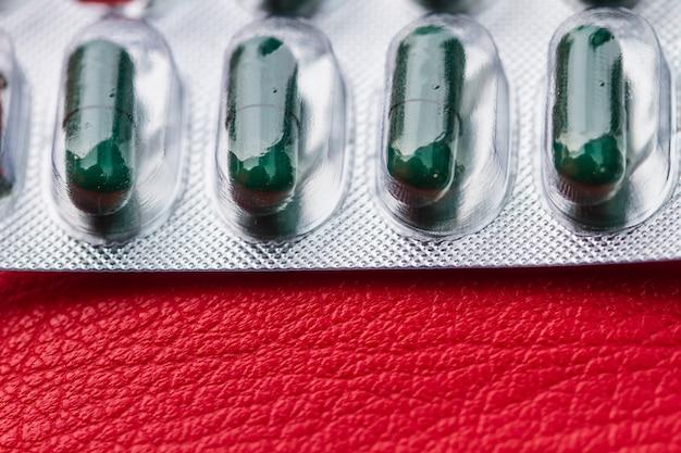 Pilule et capsule d'antibiotique dans un blister