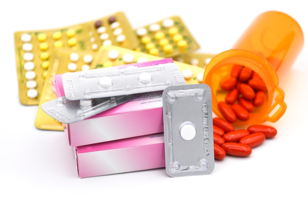 Pilule contraceptive orale, pilule d'urgence et pilule de vitamine sur fond blanc.