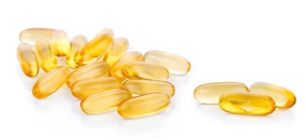 Pilule d'huile de poisson sur une surface blanche