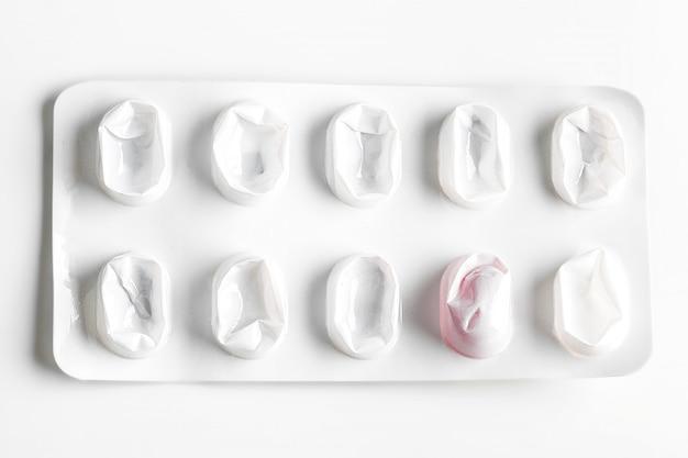 Pilules d'argent blister isolés sur blanc