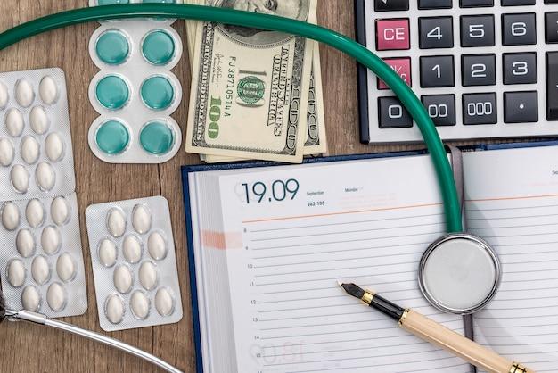 Pilules et argent dans la conception des soins de santé.