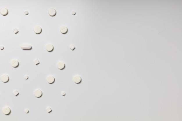 Pilules blanches sur fond blanc