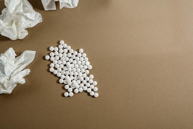 Pilules blanches pour soigner les maladies isolées sur fond gris, copier coller