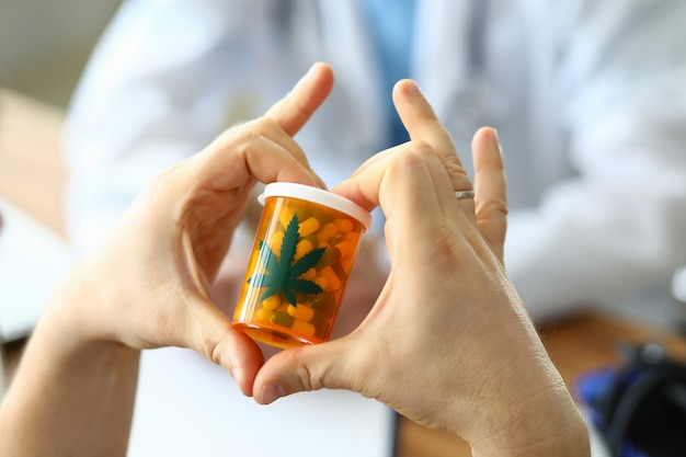 Pilules de cannabis en bouteille plastique
