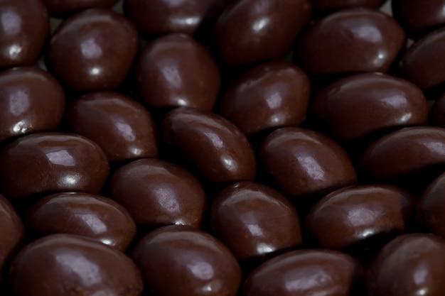 Pilules de chocolat dans un gros plan de tas. dessert sucré