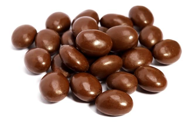 Pilules de chocolat en tas isolé sur fond blanc
