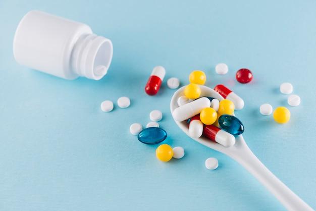 Pilules colorées sur la cuillère