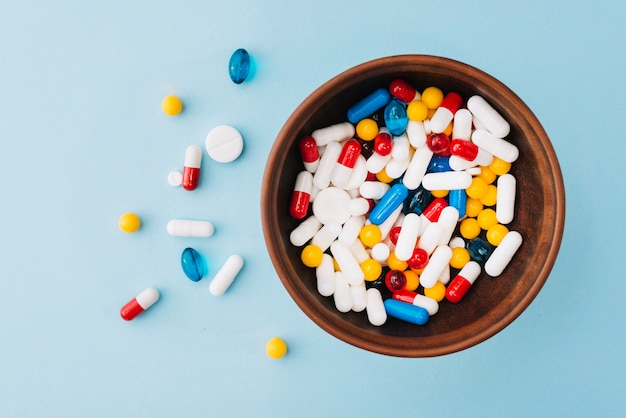 Pilules colorées dans un bol