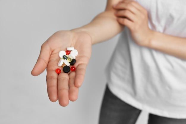 Pilules colorées dans la paume de votre pharmacologie de traitement de santé d'analgésique de main