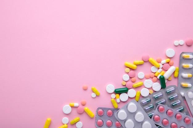 Pilules et comprimés colorés en blister rose