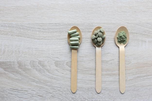 Pilules de comprimés d'extrait de plantes médicinales avec des capsules et de la poudre ou fa thalai chon